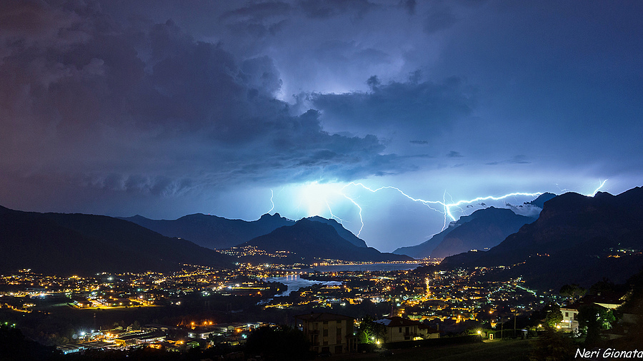 Thunderstorm on Como Lake | LENS MODEL NOT SET <br> Click image for more details, Click <b>X</b> on top right of image to close